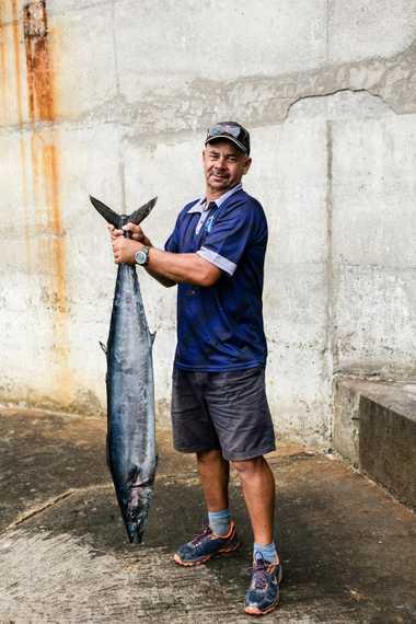 O pescador Keith Yon mostra o atum que apanhou numa viagem de barco em Santa Helena.