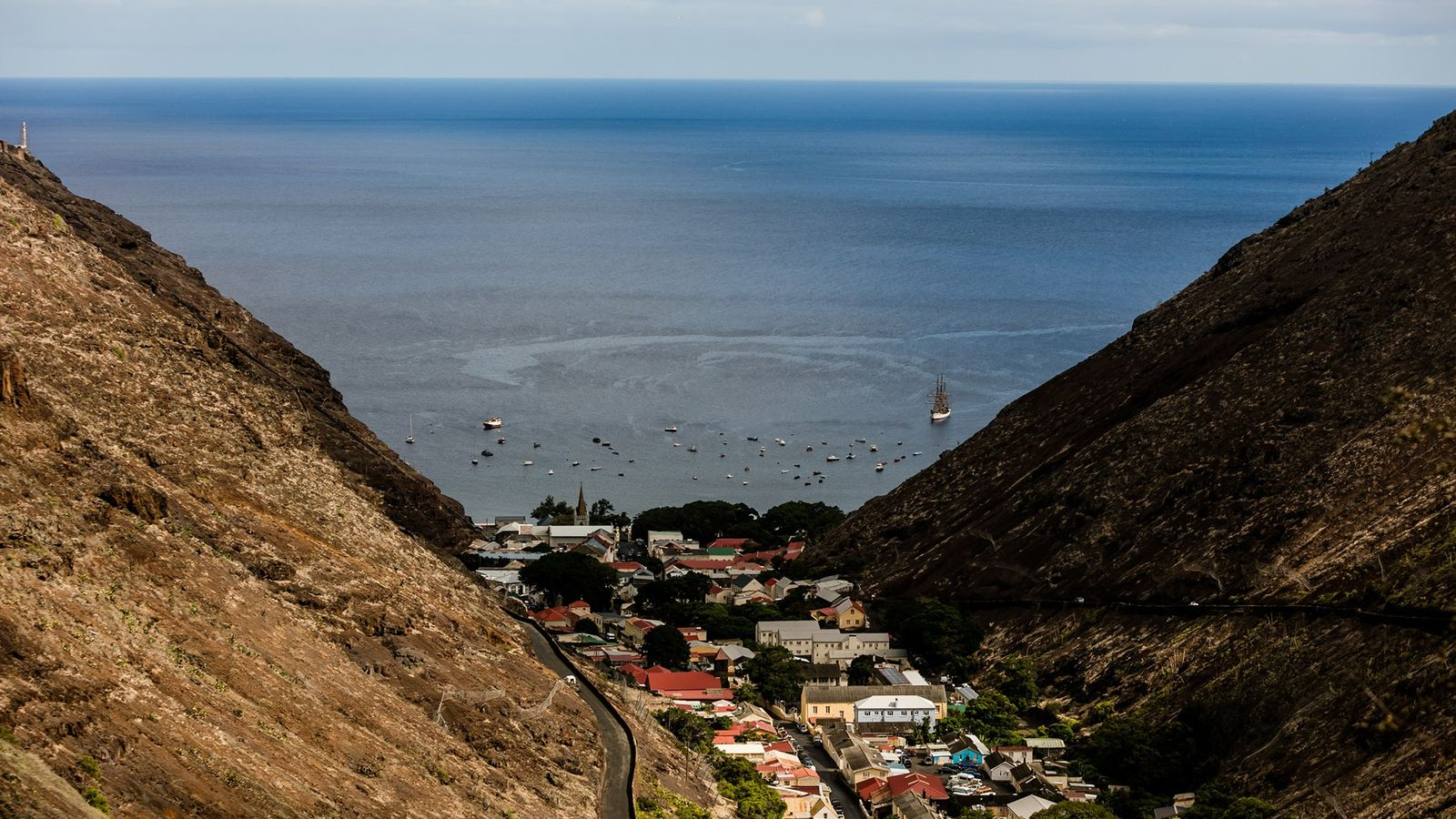 No Oceano Atlântico, aninhada entre montanhas vulcânicas, a cidade de Jamestown atua como a capital da ...
