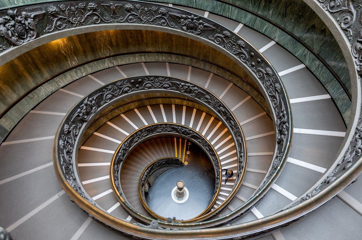 A Escada Elicoidal, ou a Escada de Bramante, foi projetada pelo arquiteto italiano Giuseppe Momo em ...