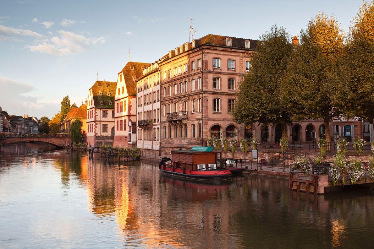 ESTRASBURGO – Veja a dualidade da história franco-alemã enquanto passeia pelas ruas de calçada alinhadas por …