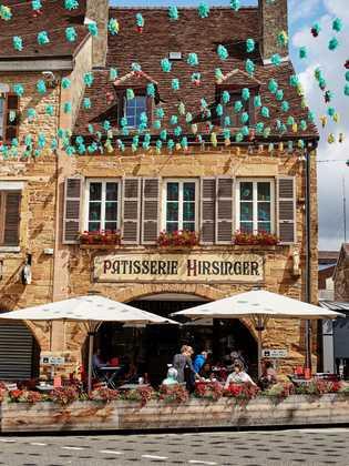 Visite a loja de Édouard Hirsinger, em Arbois, para descobrir chocolates, doces e bolos deliciosos.