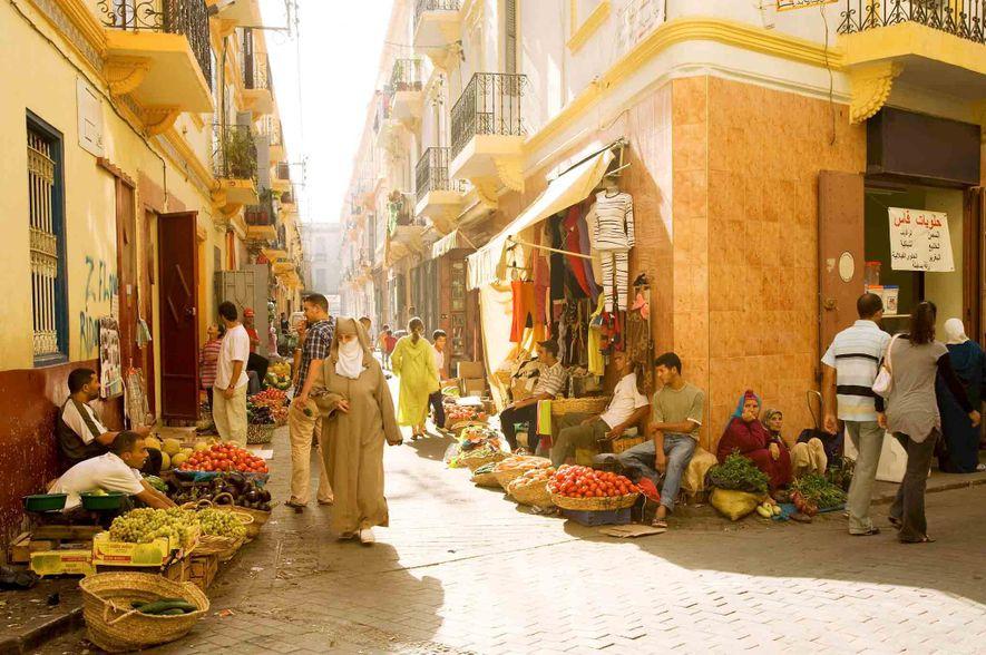 Na cidade costeira de Tânger, em Marrocos, os comerciantes atraem os visitantes com os seus produtos ...