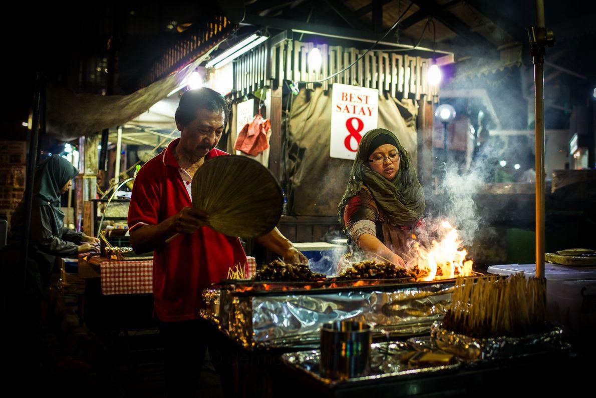 O mercado de Lau Pa Sat é um marco de Singapura há mais de um século. ...