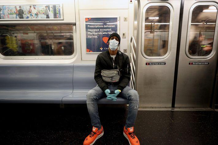 Quando usamos o metro ou outros transportes públicos, a utilização de máscara e luvas pode reduzir ...