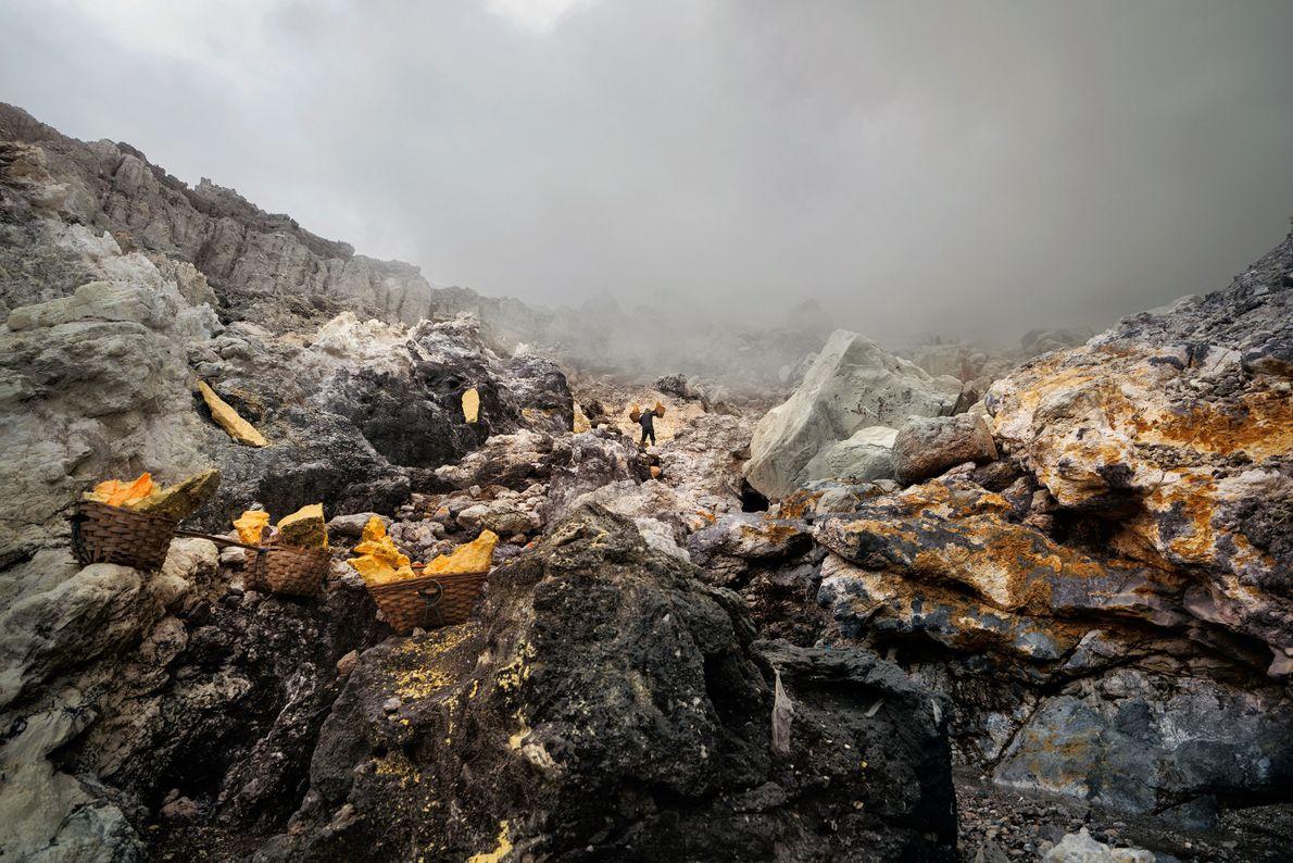 Os mineiros deslocam-se sobre terrenos acidentados