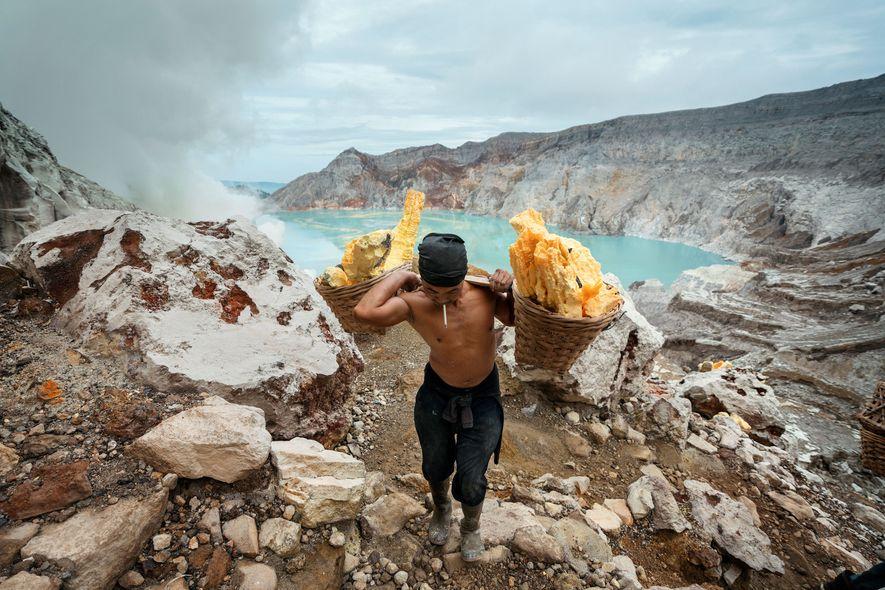 Os Mineiros do Monte Ijen: Imagens Impressionantes Daqueles que Trabalham num Vulcão Ativo