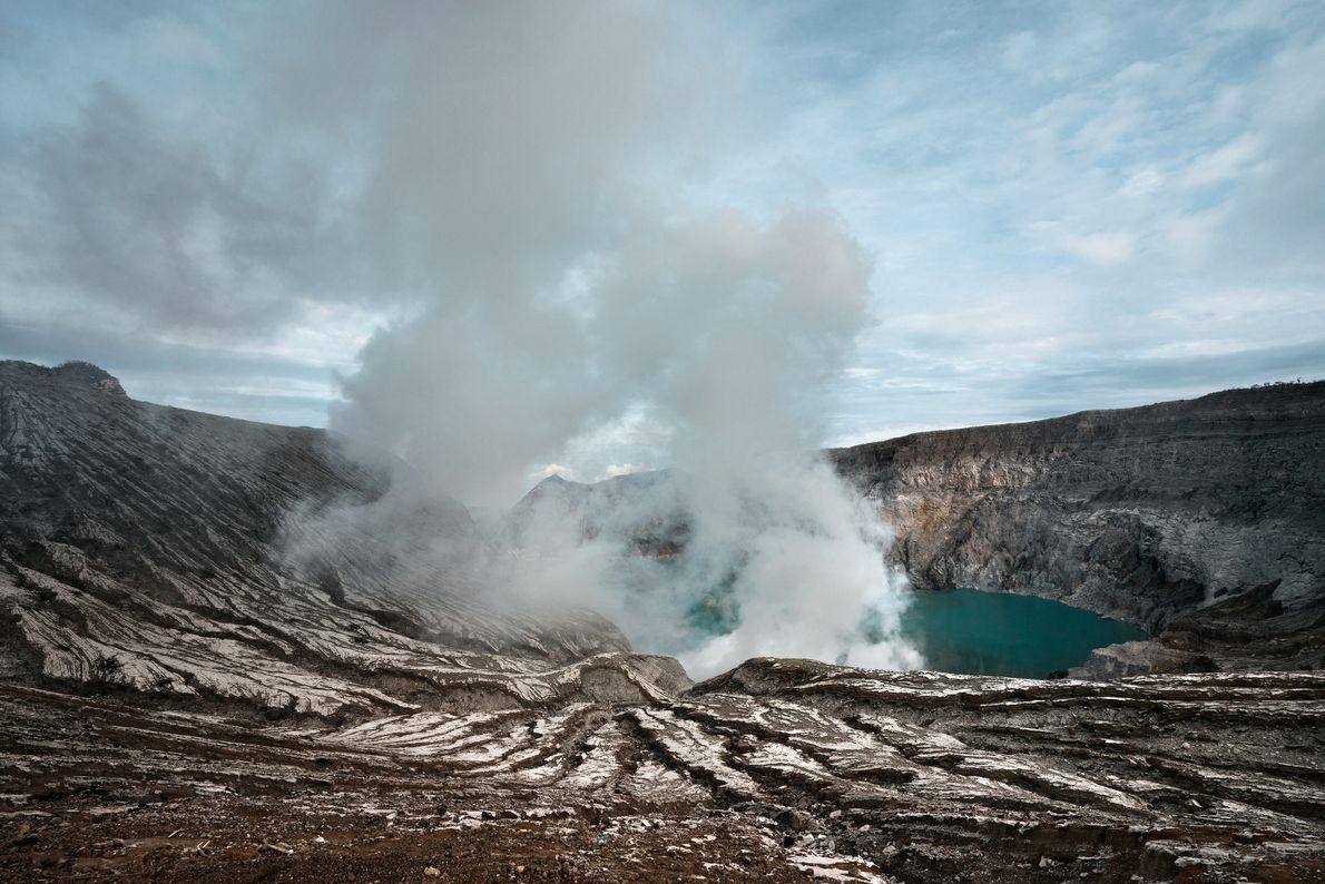 Libertação de gases da cratera do Monte Ijen.