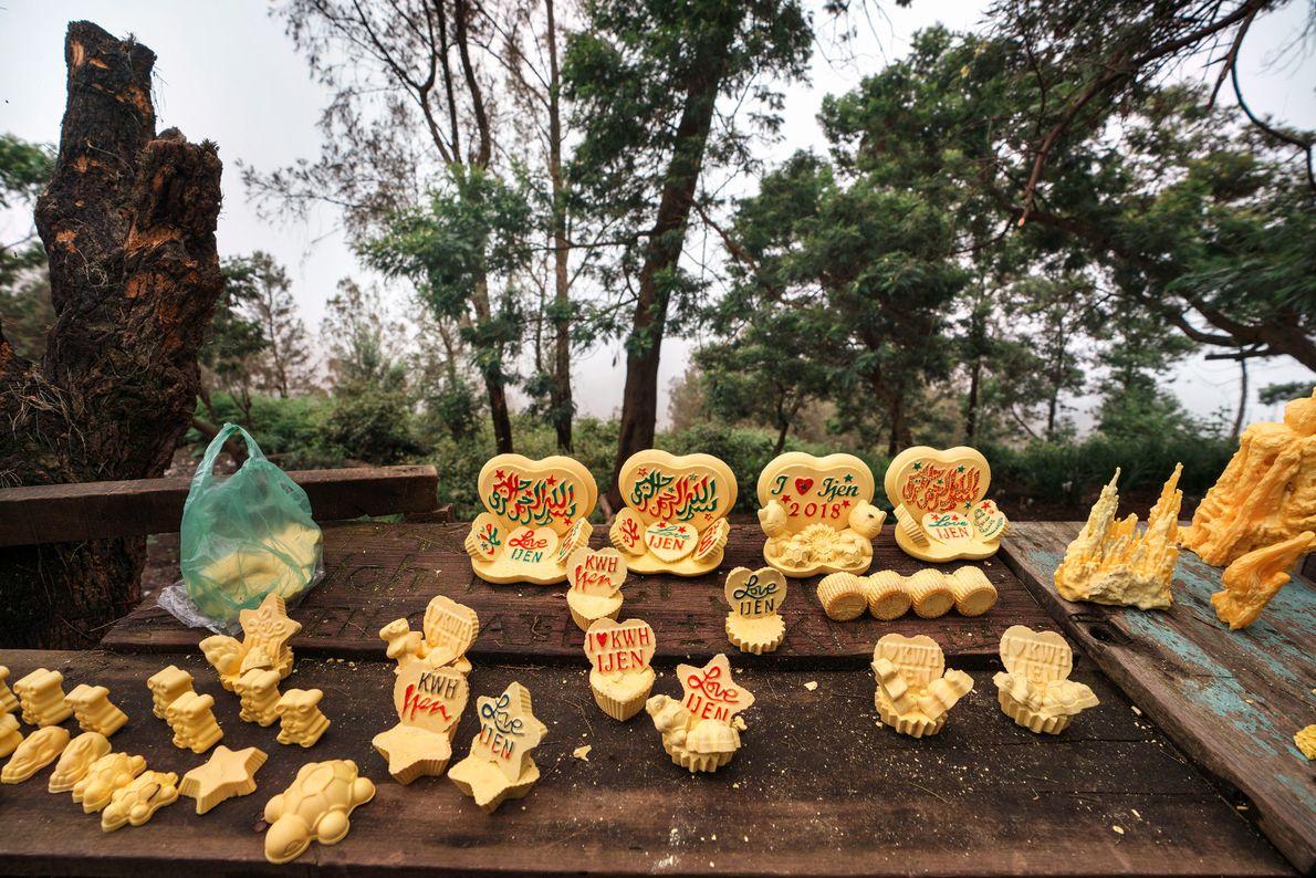 Pequenas esculturas feitas a partir de blocos de enxofre extraídos da mina