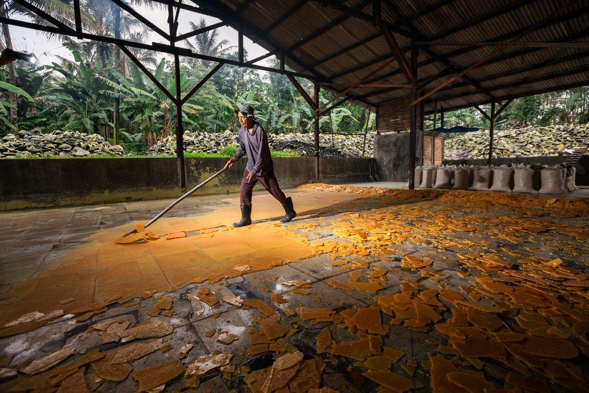 Pak Suil, de 70 anos, trabalha o enxofre na aldeia de Tamansari