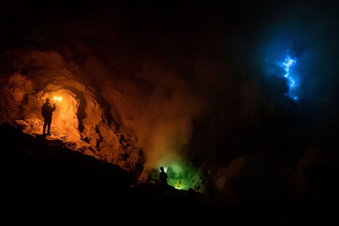 O Monte Ijen é conhecido pelas suas chamas azuis.