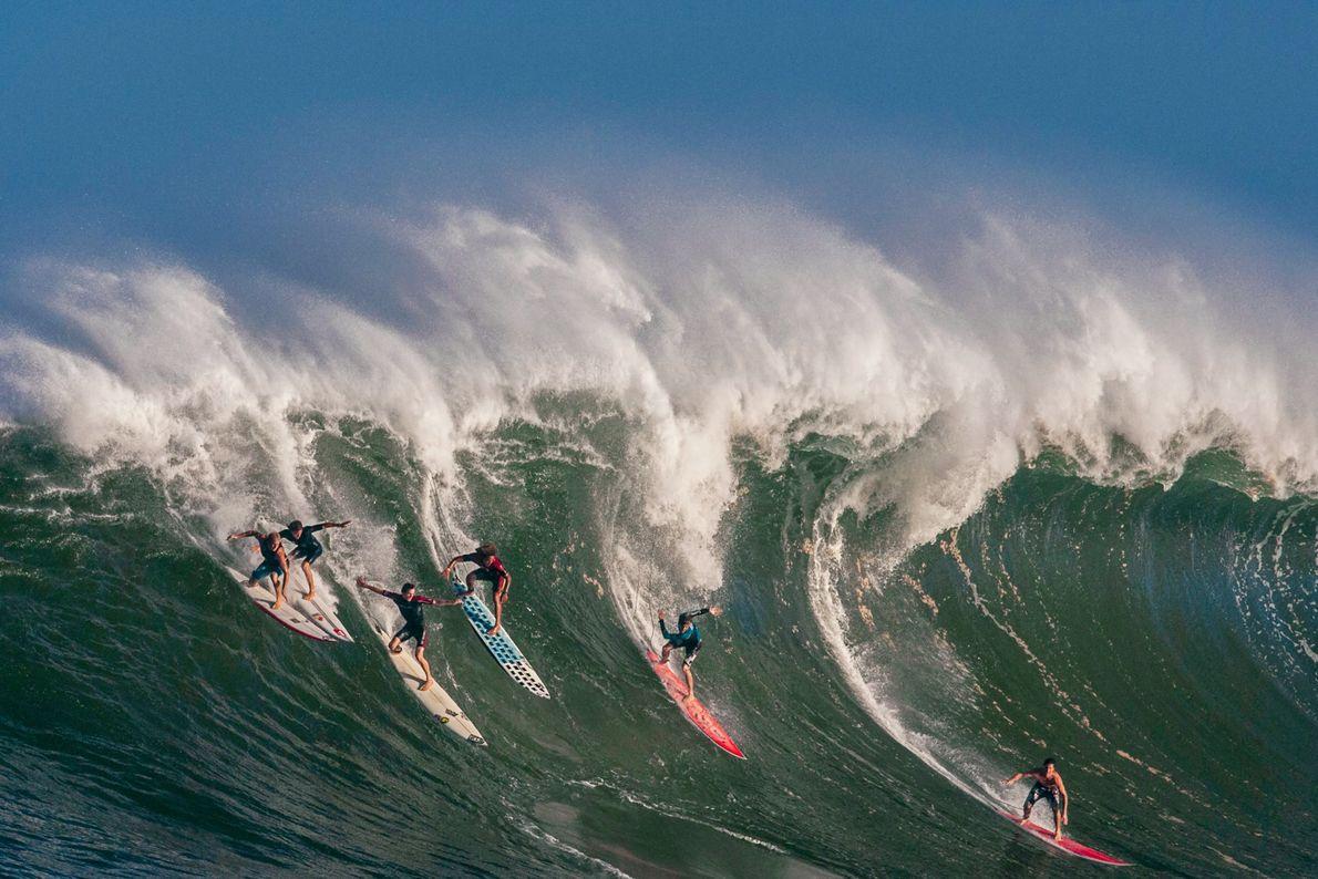 Surfistas apanham uma onda na Baía de Waimea