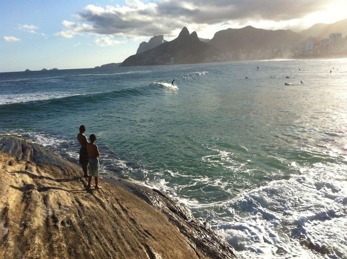 No Brasil, um afloramento rochoso que se estende ao longo da praia do Arpoador, no Rio ...