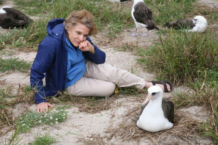 Sylvia Earle, exploradora da National Geographic, ao lado de Wisdom em Sand Island, parte do Atol ...