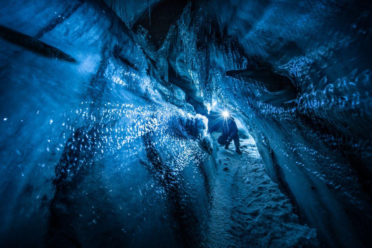Uma imagem captada dentro de um glaciar, perto de Longyearbyen, em Svalbard