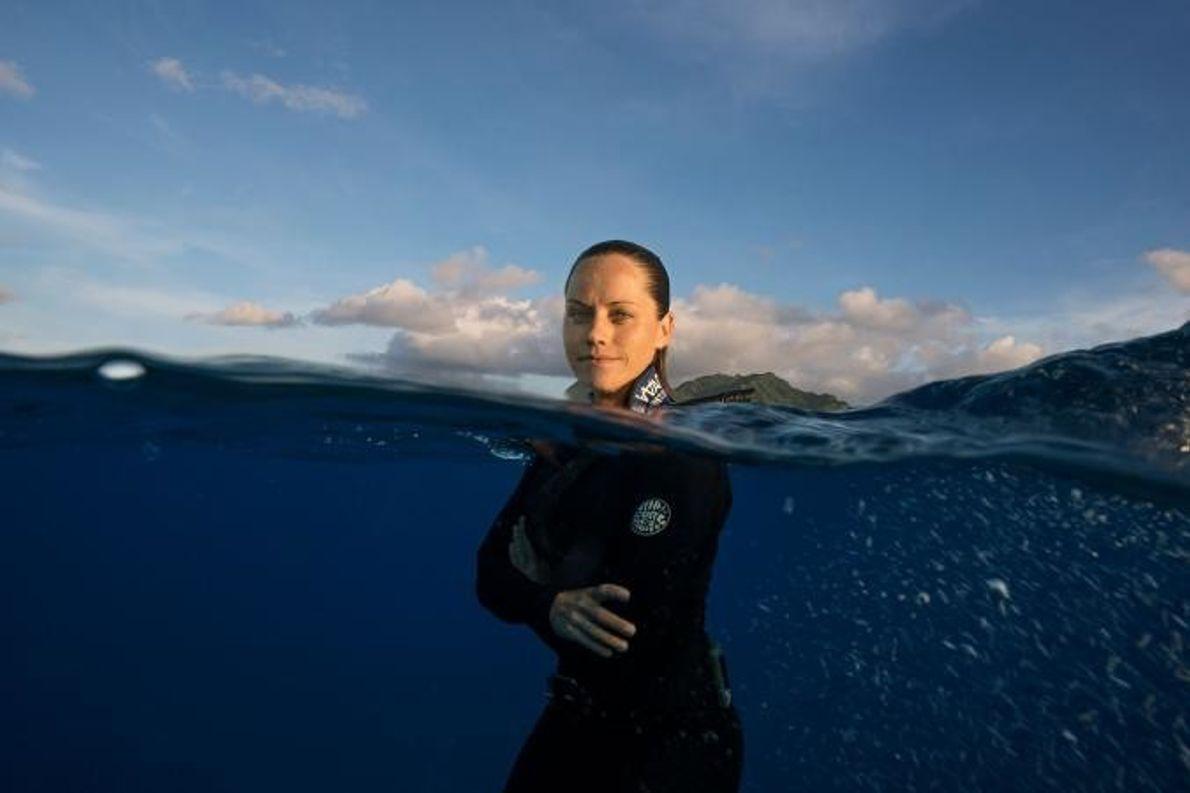 Jessica Cramp durante um mergulho livre perto de Rarotonga.