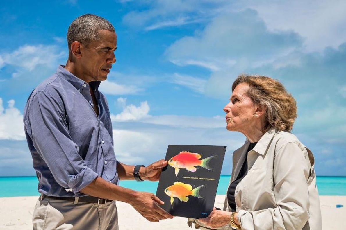 O presidente Barack Obama encontrou-se com Sylvia Earle no Atol Midway em setembro de 2016 para comemorar ...