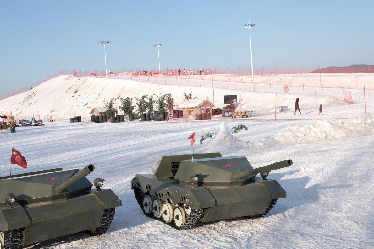 Tanques de brincar expostos numa estância de esqui, próximo de Dandong, na China