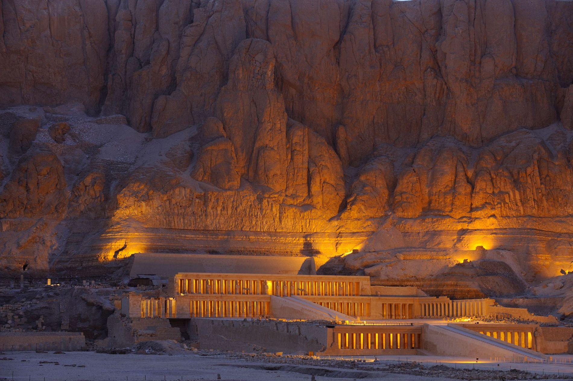 O templo de Hatchepsut.