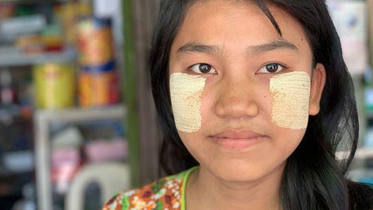 Mi Mi Shaw, 16 anos, trabalha numa loja de eletrodomésticos em Shwebo, Myanmar, e usa diariamente ...