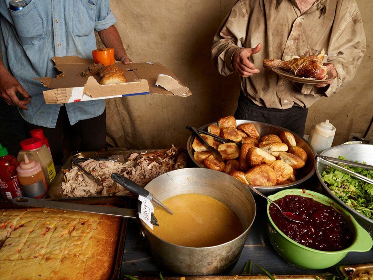Evan Bull e Evan Gibson servem-se durante o 'Dia de Ação de Graças em julho' no ...