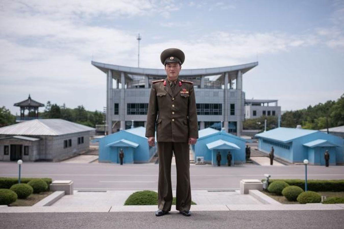 O tenente Kim, soldado do Exército Popular Coreano, na sigla inglesa KPA, posa para a objetiva ...