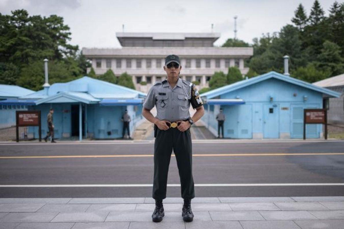 O cabo Woo, soldado do Exército da República da Coreia, posa para a fotografia no lado ...