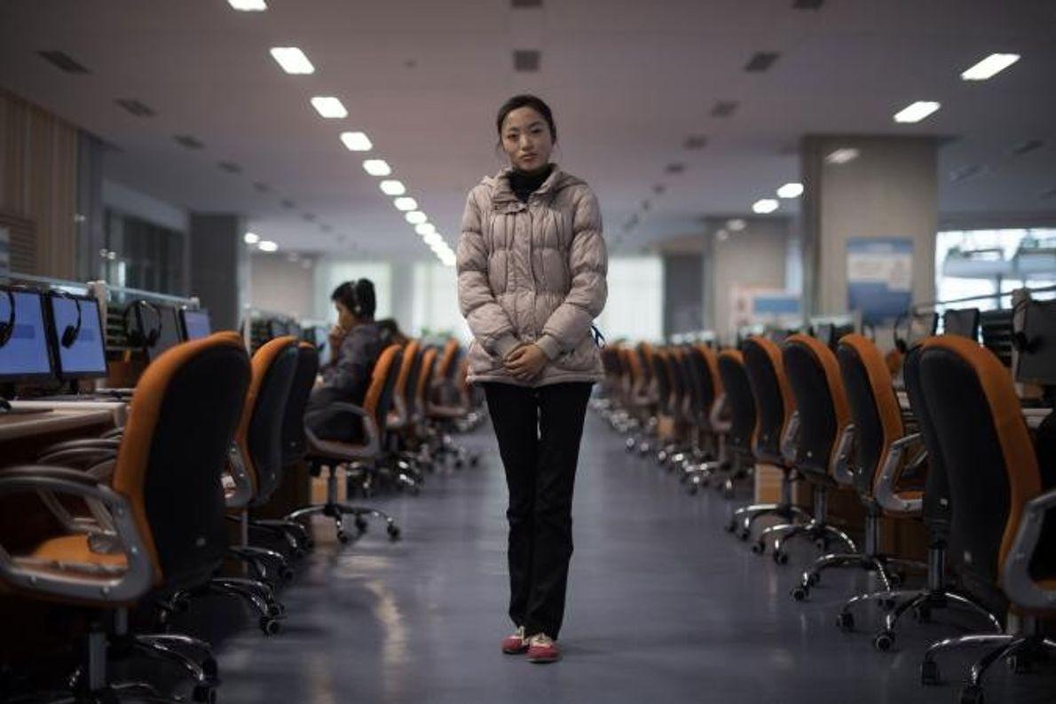 Ri Young Hwa, uma estudante e membro voluntário da equipa, posa para a objetiva num laboratório ...