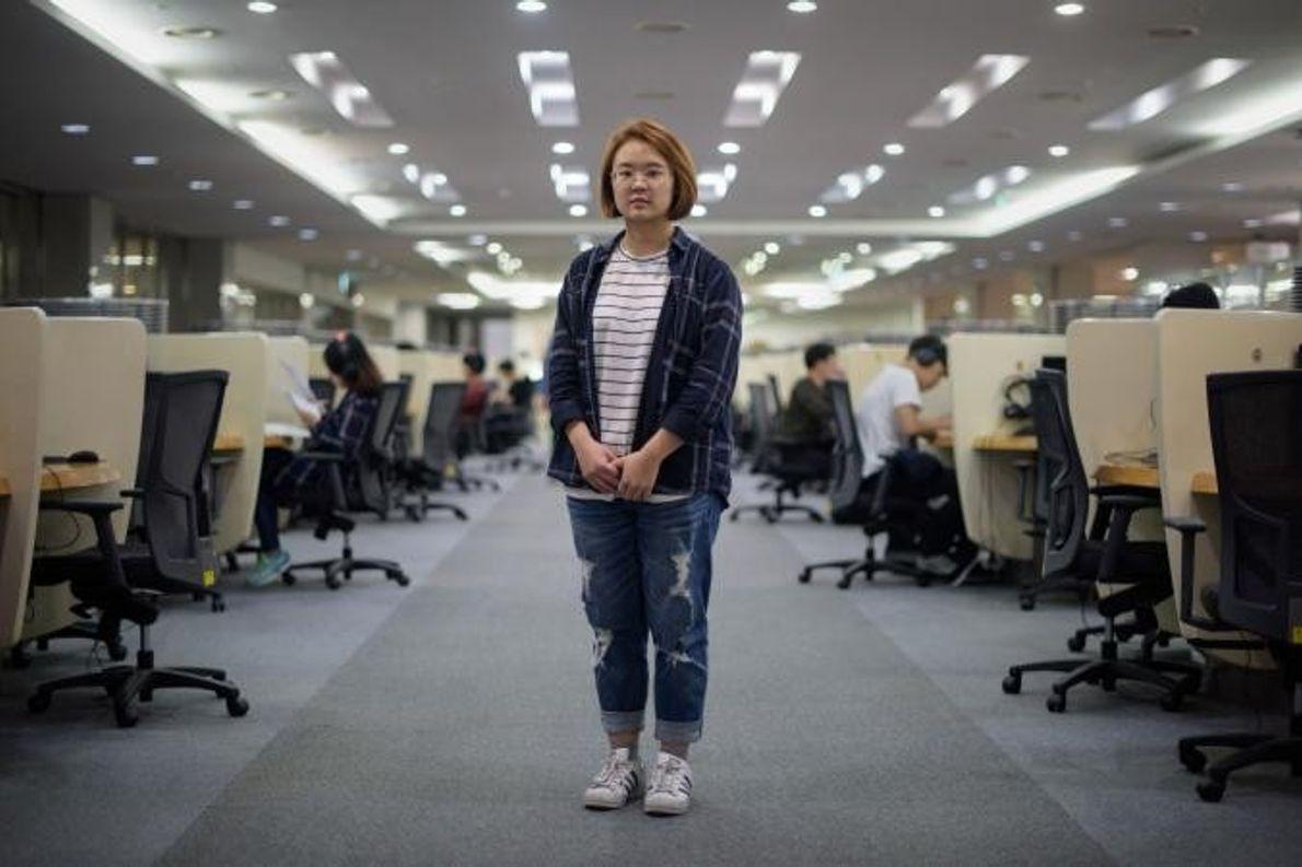 Jenni Lim, uma estudante de 21 anos, posa para a fotografia num laboratório de informática na ...
