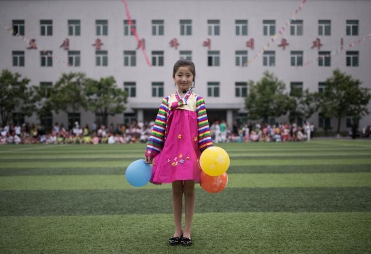 Kim Song Jong, uma menina de nove anos, posa para a objetiva.