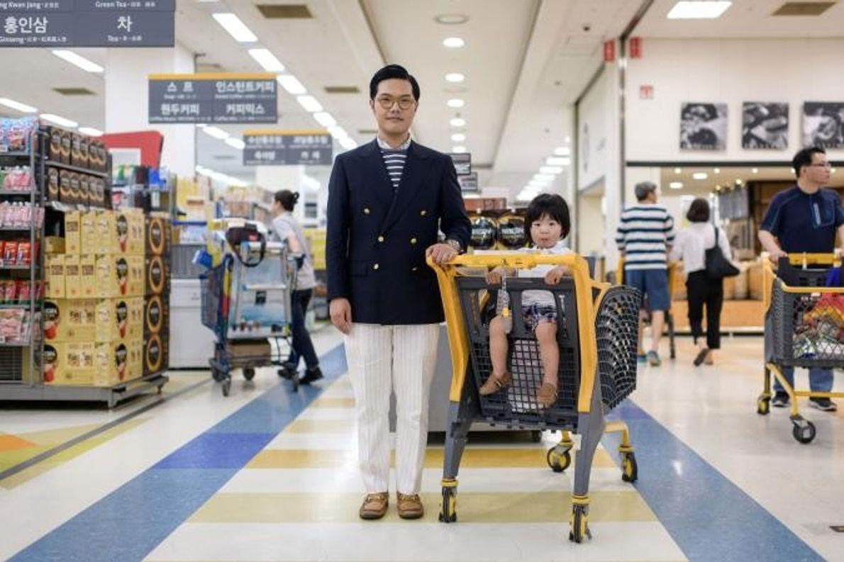 Hong Sung-cho, de 35 anos, posa com o filho Hong Jinu, de dois anos, num supermercado ...