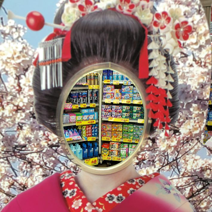À porta de uma farmácia em Tóquio, um quadro de fotografias de uma aprendiz de gueixa ...