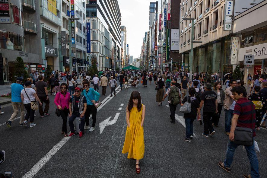 Pessoas a passearem em Chuo-dori, em Ginza, um dos destinos mais movimentados de Tóquio. Durante os ...