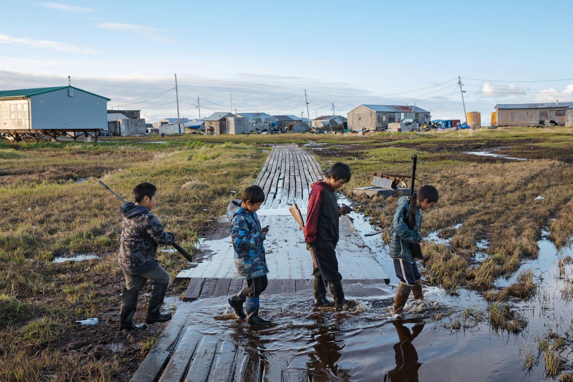 A aldeia de Newtok, no Alasca, com 380 habitantes, está a afundar-se devido ao degelo do ...