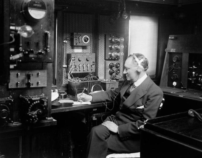Guglielmo Marconi (1874–1937) foi pioneiro na comunicação sem fios, e o Titanic foi um dos vários ...