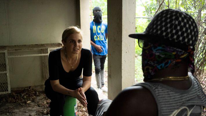 Mariana van Zeller fala com um elemento de uma rede de tráfico em Lima, no Peru.