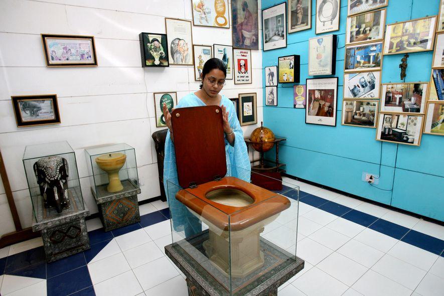 Uma funcionária do Museu Internacional de Casas de Banho Sulabh em Nova Deli, na Índia, apresenta ...