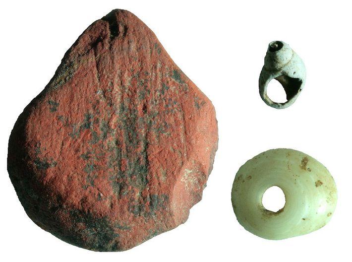 Ocre vermelho e missangas feitas de conchas foram descobertos na floresta tropical de Fa-Hien Lena, no ...