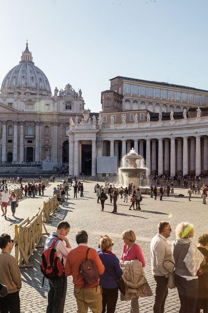 Turistas fazem fila no exterior da Basílica de São Pedro.