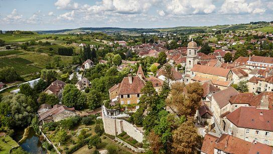 Em França, na cidade ribeirinha de Arbois, os viajantes podem provar vinhos locais e desfrutar de ...