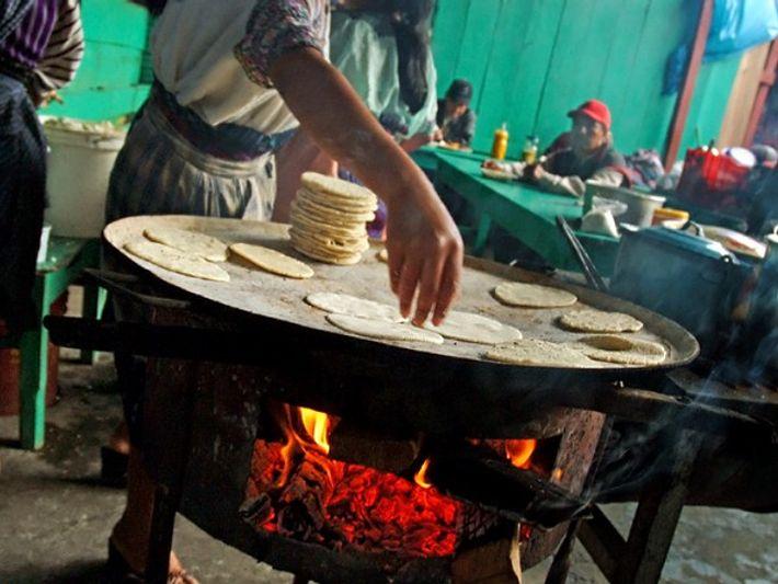 Cozinhando tortilhas em Chichicastenango, Guatemala