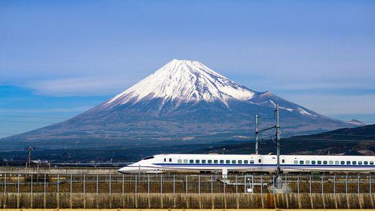 Um comboio de alta velocidade a passar pelo Monte Fuji. Antes da sua visita, adquira um ...