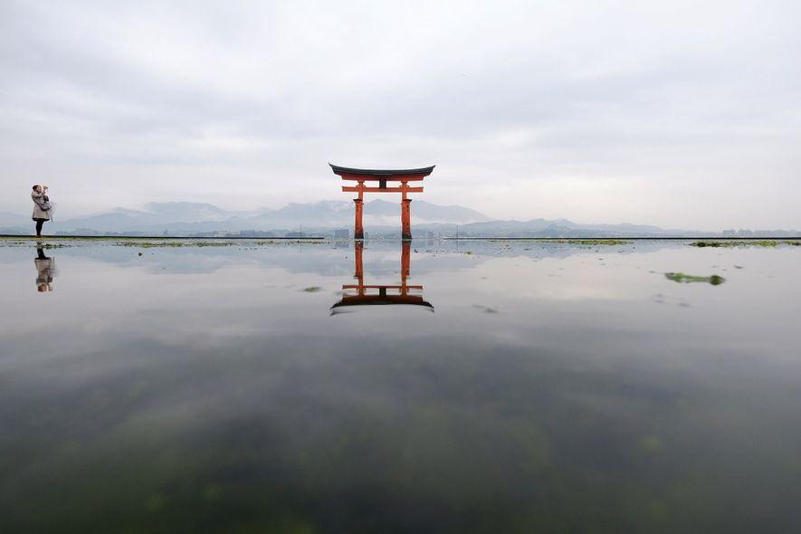 """O portão tori flutuante do Santuário de Itsukushima, em Hiroshima, é uma das """"Três Vistas"""" seminais ..."""
