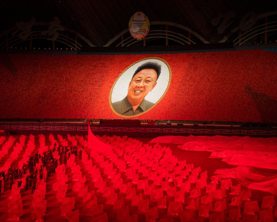 Um retrato gigante de Kim Jong-Il, o segundo líder supremo da Coreia do Norte, paira sobre ...