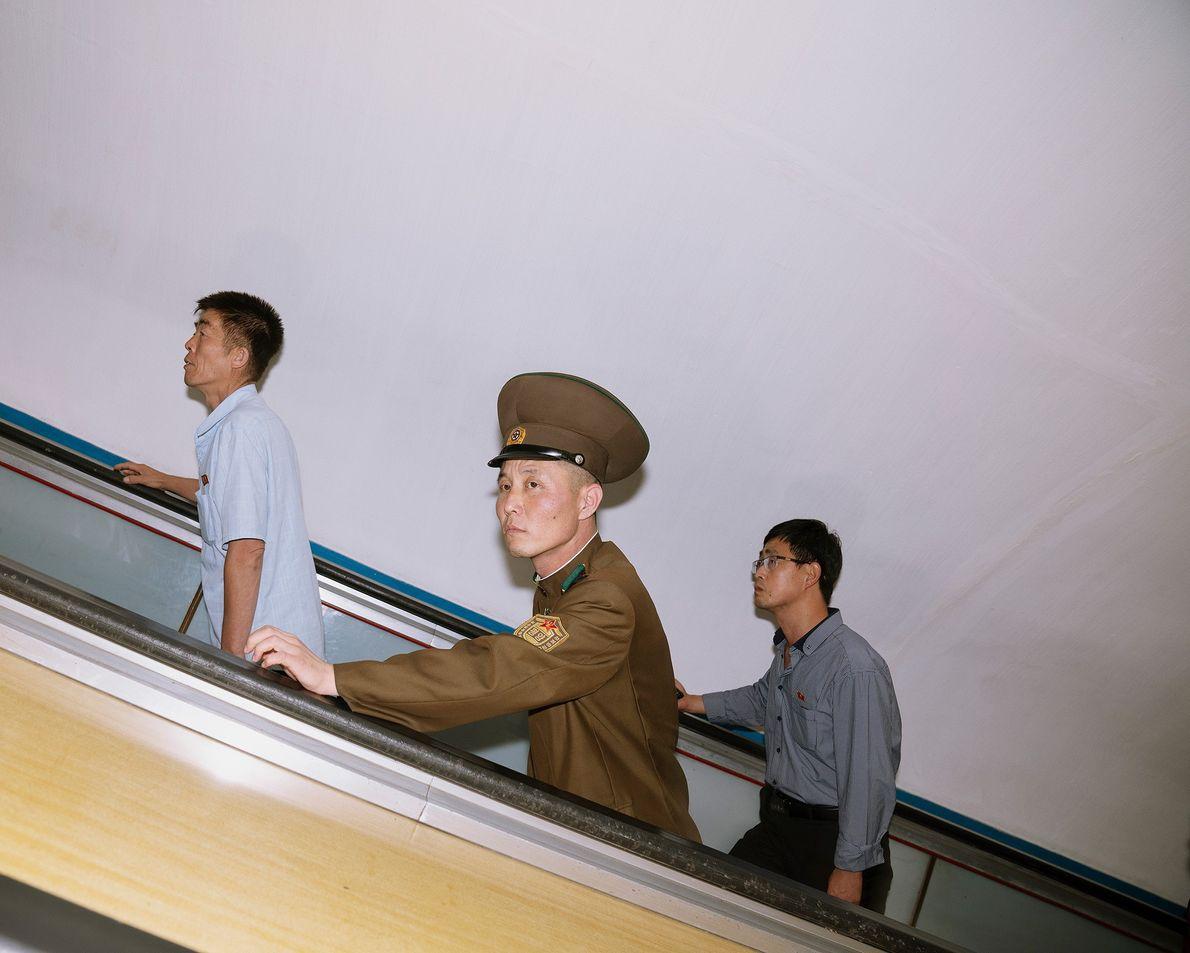 Passageiros nas escadas rolantes, no metro de Pyongyang.