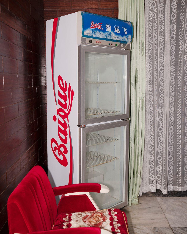 Um frigorífico no canto de um hotel em Nampo, Coreia do Norte.
