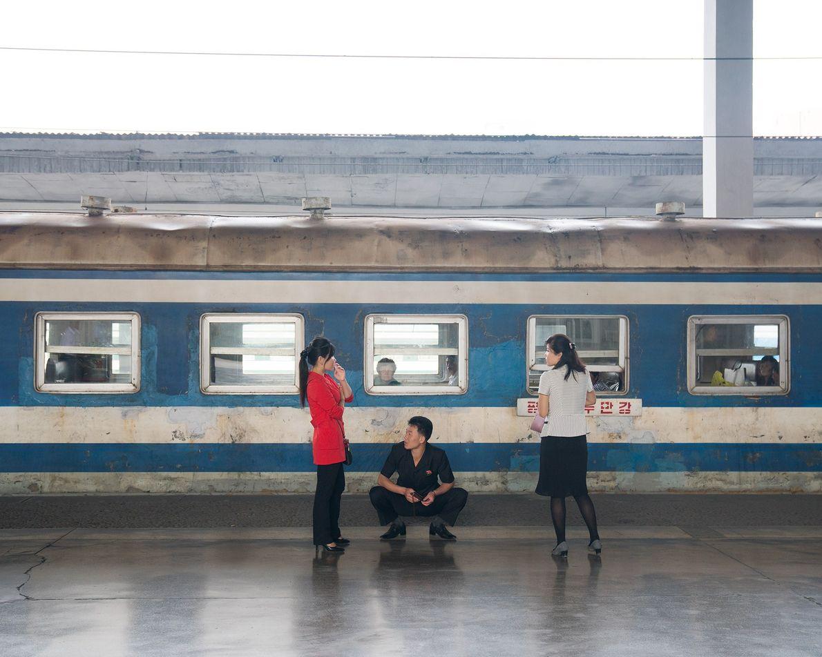 Um vagão parado na estação de comboios de Pyongyang. Os turistas não têm permissão para ...