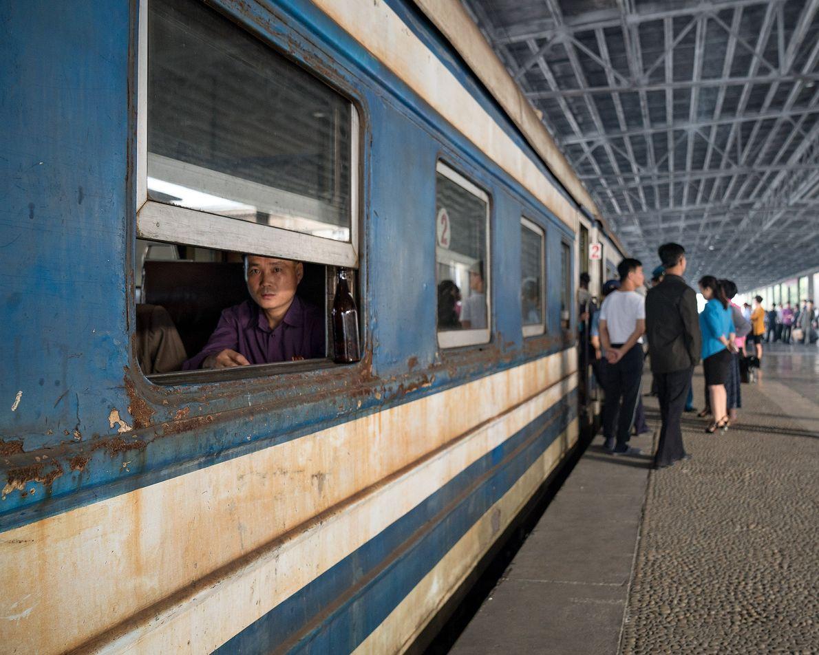 Pessoas reúnem-se na plataforma da estação de comboios de Pyongyang.