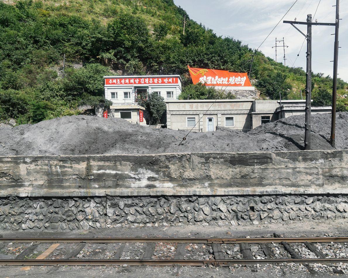 Materiais de construção amontoados na linha a caminho de Rason.