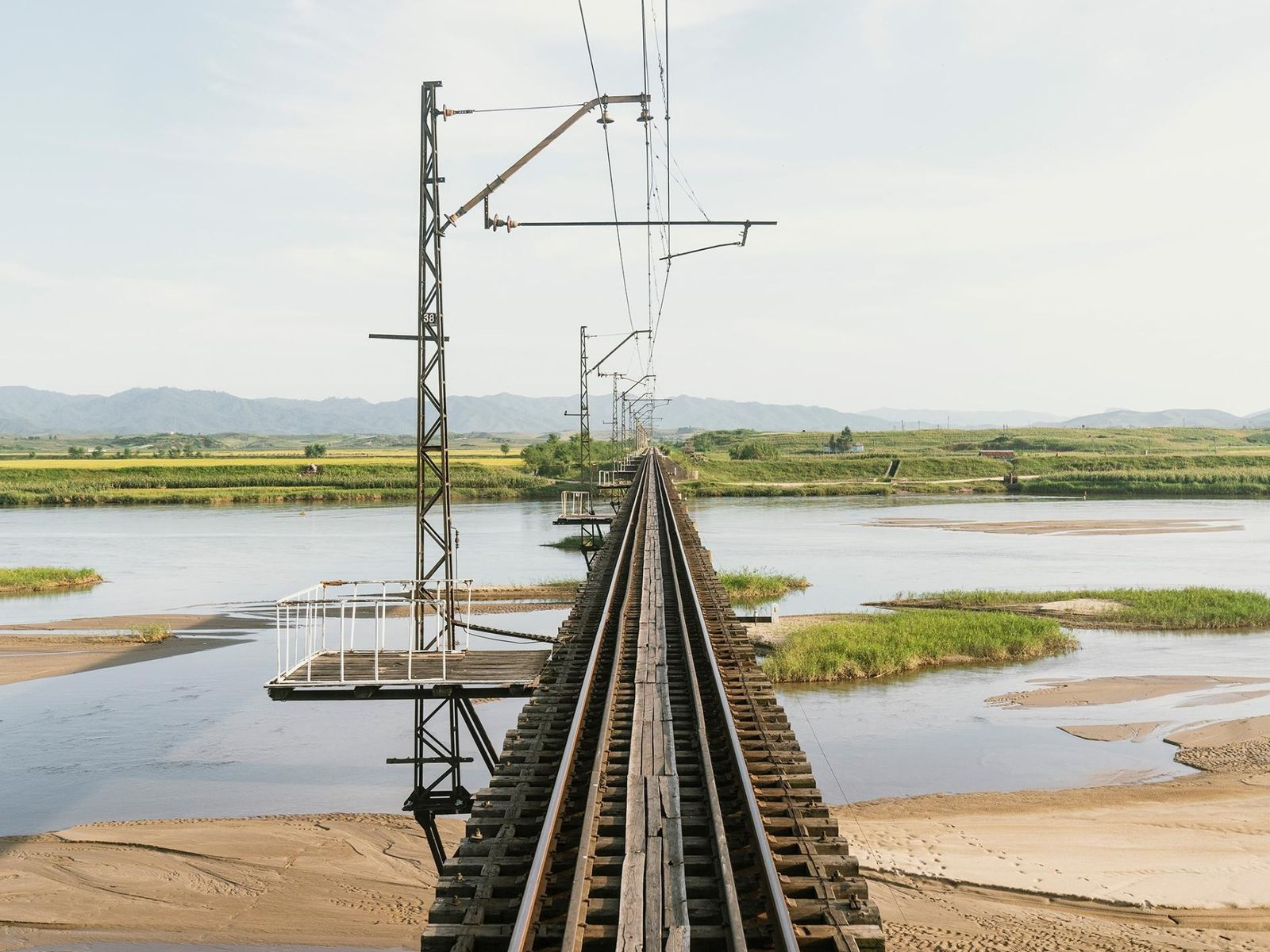 O comboio que faz a ligação entre Pyongyang e Rason atravessa uma paisagem verdejante.