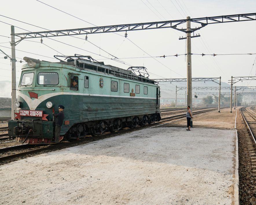 As linhas férreas norte coreanas ainda utilizam antigos comboios soviéticos de meados do séc. XX.